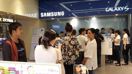 Khách hàng chờ mua Galaxy Note 4 trong ngày đầu mở bán.