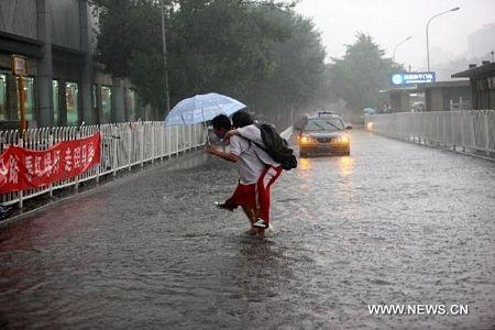 Mưa lớn gây ngập nặng tại Bắc Kinh, giao thông đình trệ - 15