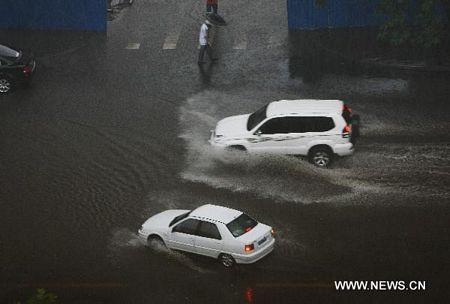 Mưa lớn gây ngập nặng tại Bắc Kinh, giao thông đình trệ - 1
