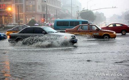 Mưa lớn gây ngập nặng tại Bắc Kinh, giao thông đình trệ - 2