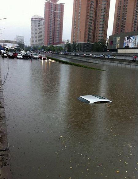 Mưa lớn gây ngập nặng tại Bắc Kinh, giao thông đình trệ - 3