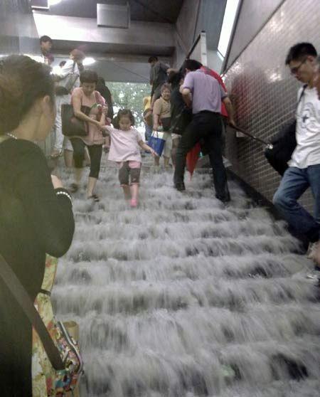 Mưa lớn gây ngập nặng tại Bắc Kinh, giao thông đình trệ - 4