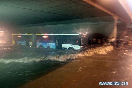 Mưa lớn gây ngập nặng tại Bắc Kinh, giao thông đình trệ - 6