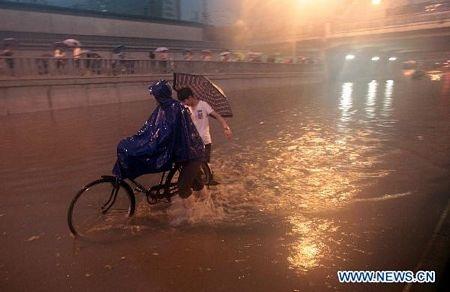 Mưa lớn gây ngập nặng tại Bắc Kinh, giao thông đình trệ - 8