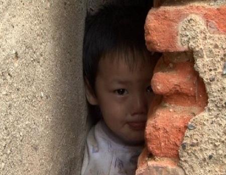 Bé trai bị kẹt giữa hai bức tường suốt 3 tiếng  - 2