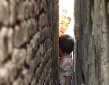 Bé trai bị kẹt giữa hai bức tường suốt 3 tiếng  - 1