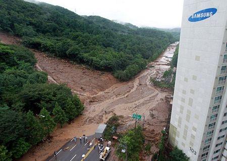 Quay được cảnh lở đất kinh hoàng ở Hàn Quốc - 1