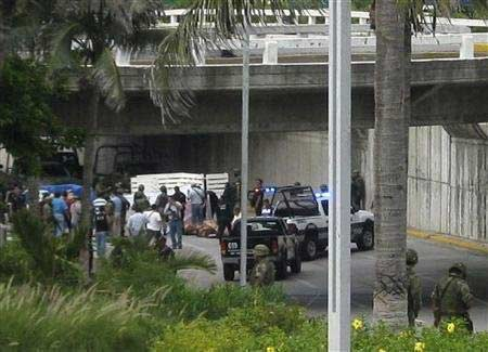 Hãi hùng phát hiện 35 thi thể bị vứt trên xe tải - 1