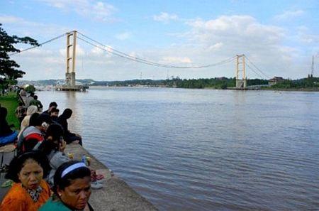 """Sập bản sao cầu treo """"Cổng Vàng"""" ở Indonesia, 44 người chết và mất tích - 9"""