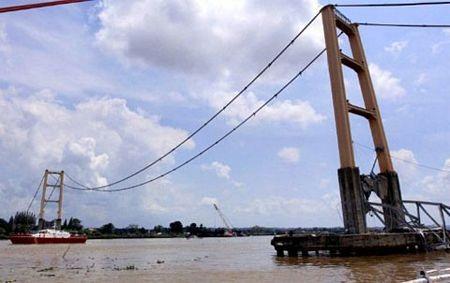 """Sập bản sao cầu treo """"Cổng Vàng"""" ở Indonesia, 44 người chết và mất tích - 1"""