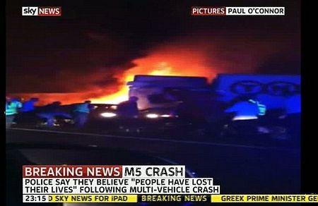 Anh: Kinh hoàng cảnh 26 ôtô đâm nhau liên hoàn  - 1