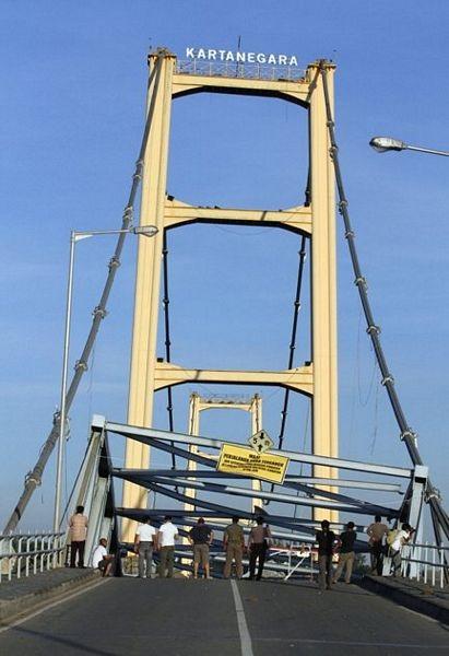 """Sập bản sao cầu treo """"Cổng Vàng"""" ở Indonesia, 44 người chết và mất tích - 4"""