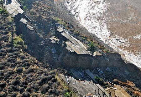 Kinh hoàng cảnh đoạn đường trôi xuống biển sau trận lở đất - 3