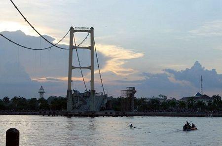 """Sập bản sao cầu treo """"Cổng Vàng"""" ở Indonesia, 44 người chết và mất tích - 2"""