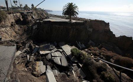 Kinh hoàng cảnh đoạn đường trôi xuống biển sau trận lở đất - 4