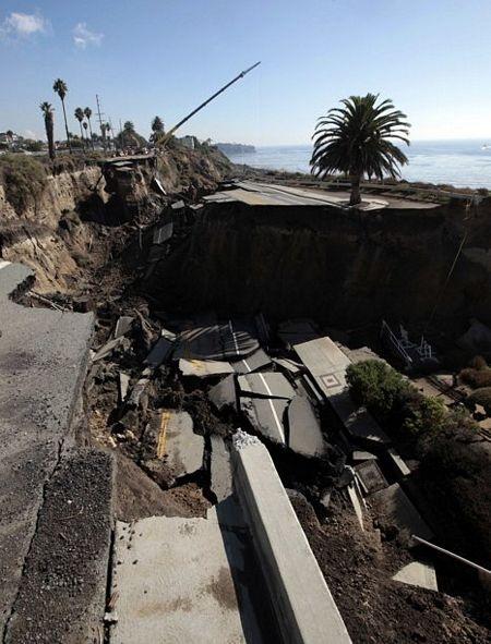 Kinh hoàng cảnh đoạn đường trôi xuống biển sau trận lở đất - 5