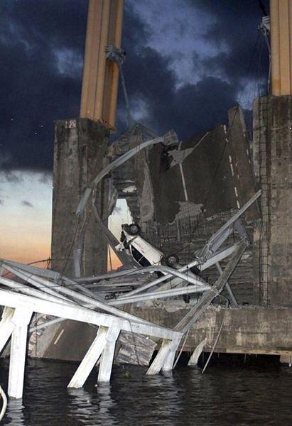 """Sập bản sao cầu treo """"Cổng Vàng"""" ở Indonesia, 44 người chết và mất tích - 5"""