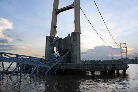 """Sập bản sao cầu treo """"Cổng Vàng"""" ở Indonesia, 44 người chết và mất tích - 6"""