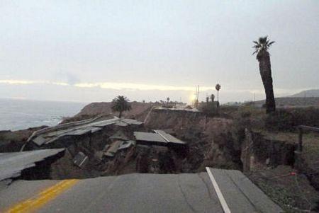 Kinh hoàng cảnh đoạn đường trôi xuống biển sau trận lở đất - 8