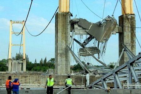 """Sập bản sao cầu treo """"Cổng Vàng"""" ở Indonesia, 44 người chết và mất tích - 3"""