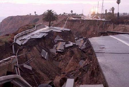 Kinh hoàng cảnh đoạn đường trôi xuống biển sau trận lở đất - 9