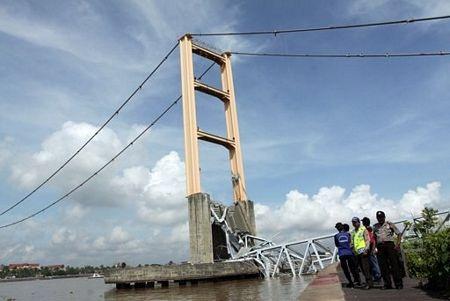 """Sập bản sao cầu treo """"Cổng Vàng"""" ở Indonesia, 44 người chết và mất tích - 8"""