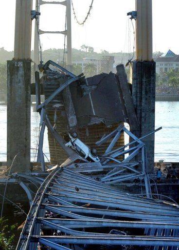 """Sập bản sao cầu treo """"Cổng Vàng"""" ở Indonesia, 44 người chết và mất tích - 10"""