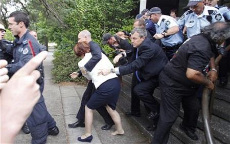 Thủ tướng Australia chạy mất giày trong ngày quốc khánh - 1