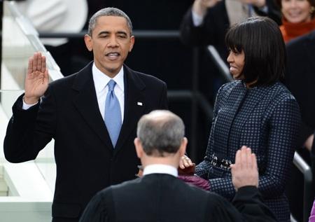 Ông Obama đặt tay lên cuốn kinh thánh và đọc lời tuyên thệ.