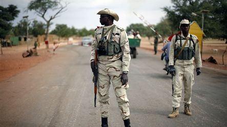 Các binh sĩ Mali tại một chốt kiểm soát
