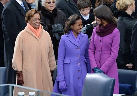 Mẹ vợ của ông Obama, bàMarian Robinson, đứng cạnh 2 cháu gái.