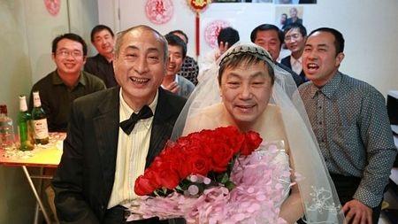 Hai cụ ông mỉm cười hạnh phúc trong lễ cưới tại Bắc Kinh, Trung Quốc ngày 30/1.