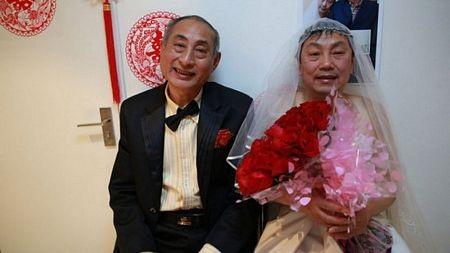 Cặp đôi mặc trang phục của cô dâu, chú rể trong ngày vui...