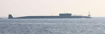 Tàu có thể lặn xuống tới 450m. Thủy thủ đoàn là 52 người cùng với 55 hoa tiêu.