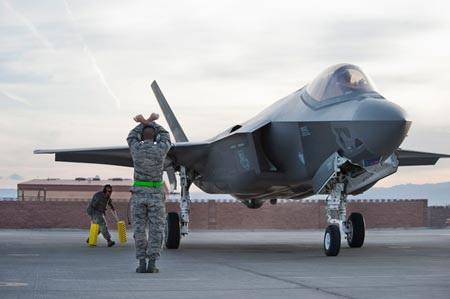 Chiến đấu cơ thế hệ thứ 5 F-35 do Mỹ chế tạo.