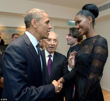 Tổng thống Israel Shimon Peres(giữa) giới thiệu cô Aynaw với Tổng thống Obama.
