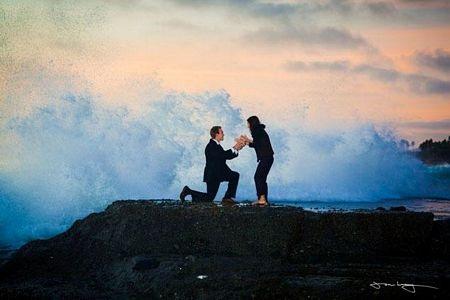 Con sóng lớn đang chuẩn bị tấn công cặp đôi khiMatt đang quỳ gối để cầu hôn bạn gái.