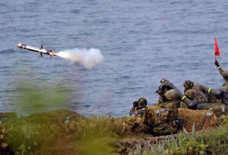 Các binh sĩ Đài Loan phóng một tên lửa FCM-148 do Mỹ chế tạo trong cuộc tập trận ngày 17/4.