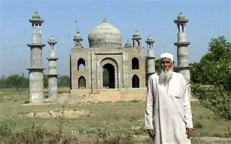 Kadari đứng trước lăng mộ ông đang xây cho người vợ đã khuất.