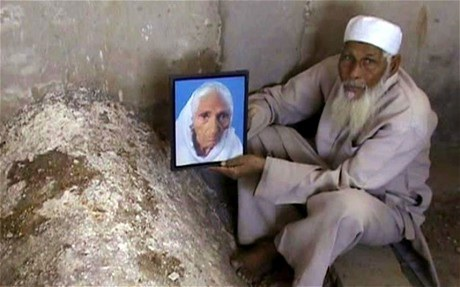 Ông Kadari cầm một bức ảnh của người vợ Tajmulli.