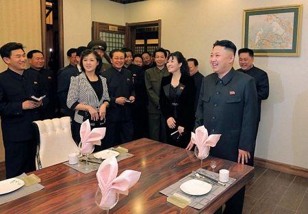 Vợ chồng ông Kim Jong-un và các quan chức thăm khu phức hợp dịch vụ Haedanghwa.