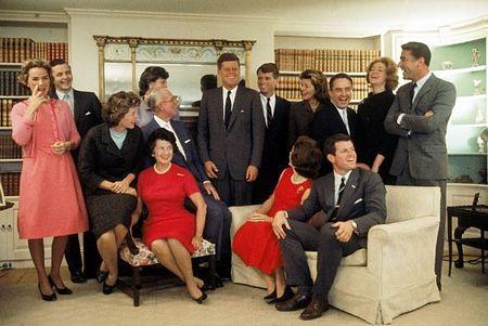 5. Gia tộc Kennedy - trong đó có một cựu tổng thống, 2 thượng nghị sĩ và một đại sứ Mỹ.