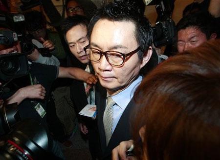 Cựu phát ngôn viênYoon Chang-jung bị báo chí vây quanh sau cuộc họp báo hôm 11/5.