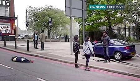 Xác nạn nhân nằm trên phố sau vụ tấn công.