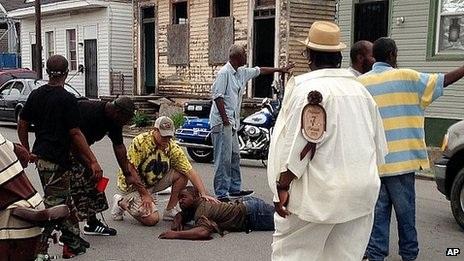 Mọi người trợ giúp những người bị thương trong vụ xả súng.