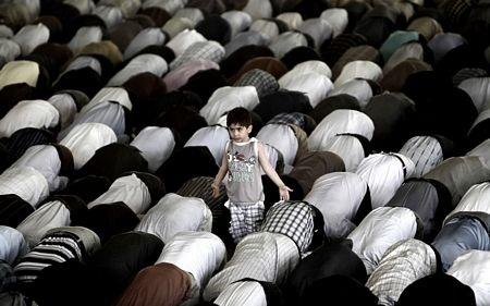 Một cậu bé Iran đứng cạnh trong buổi lễ cầu nguyện vào thứ 6 hàng tuần tại Đại học Tehran ở Iran.