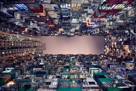 Một khu dân cư đông đúc ở Hồng Kông nhìn từ dưới lên.
