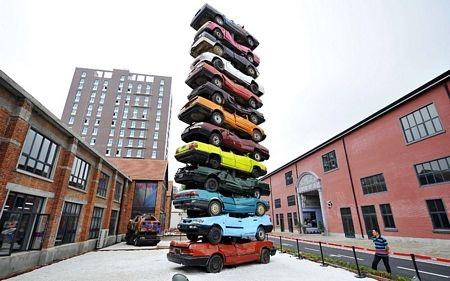 Một tác phẩm nghệ thuật được tạo nên từ 13 chiếc ô tô cũ tại Vũ Hán, Hồ Bắc, Trung Quốc.