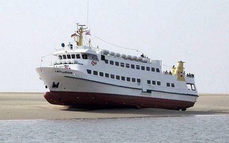 Tàu du lịch Lady von Buesum an tọa trên một cãi cátở Biển Bắc, Đức sau khi bị mắc cạn.