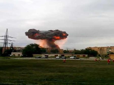 Lửa và khói đen bốc lên từ vụ nổ kho đạn tại Samara.